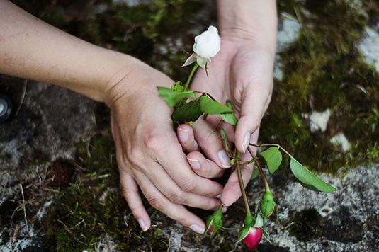 Οι άνθρωποι είναι εξοικειωμένοι με τα παραμύθια. Τα έχουν γνωρίσει από την πιο τρυφερή ηλικία τους και συνεχίζουν να ζουν με αυτά. Είναι σχεδόν αδύνατο να μην σε επηρεάσουν . Δεν υπάρχει αμφιβολία για το ότι τα παραμύθια είναι αληθινά. Υπάρχουν. Ξεφυτρώνουν στη ζωή μας, τα ζούμε, έχουν happy end (βλέπε Χιονάτη) ή εντελώς φρικτό end (θυμήσου «το κοριτσάκι με τα σπίρτα»). Μπορεί να μοιάζουν εξωπραγματικά κάποιες φορές, αλλά τι; Νομίζεις ότι δεν έχεις συναντήσει ή δεν θα συναντήσεις κακούς λύκους και μάγισσες που θα σου βάζουν εμπόδια, τα οποία θα πρέπει να προσπεράσεις, ή ότι δεν θα βρεθεί μπροστά σου μία καλή νεράιδα, ένας καλός οιωνός να σε βοηθήσει και να σου δώσει αγάπη; Υπάρχουν και βρίσκονται παντού κι εσύ δεν τα ξεχνάς ποτέ.