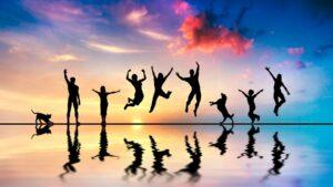 Όλοι οι άνθρωποι, ανεξαρτήτως εθνικότητας, γένους ή θρησκείας θέλουν να είναι ευτυχισμένοι. Τι είναι όμως η ευτυχία; Χιλιάδες άνθρωποι έχουν μιλήσει γι' αυτή και εκατοντάδες βιβλία έχουν γραφτεί για την κατάκτησή της. Είναι, τελικά, τόσο δύσκολο να γίνουμε ευτυχισμένοι; Ο Πυθαγόρας είχε πει: «Μην ψάχνεις την ευτυχία, είναι πάντα μέσα σου». Γιατί, όμως, αν η ευτυχία κατοικεί μέσα μας, ένας στους δέκα ανθρώπους παγκοσμίως πεθαίνει από κατάθλιψη; Για ποιο λόγο, εάν η ευτυχία μένει μέσα μας, εάν έχουμε τόσο γρήγορη πρόσβαση στην ευτυχία, οι περισσότεροι από εμάς αδυνατούμε να τη νιώσουμε; Τι είναι αυτό που κάνει τη ζωή μας ποιοτική και μας χαρίζει υγεία και μακροζωία;