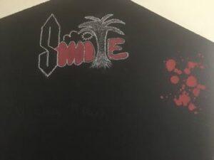 """Ξεκινώντας την έρευνα του βρήκε μια εταιρεία ρούχων με το όνομα Stussy, της οποίας το λογότυπο θα μπορούσε να θυμίζει το """"S"""". Ωστόσο δεν υπάρχει κανένα ρούχο ή έστω φωτογραφία που να απεικονίζει ακριβώς το ίδιο σύμβολο. Επιπλέον, πληθώρα ανθρώπων δήλωσε ότι το σχεδίαζαν πολύ πριν καν υπάρξει αυτή η εταιρεία. Και κάπως έτσι απορρίφθηκε η πρώτη του θεωρία."""