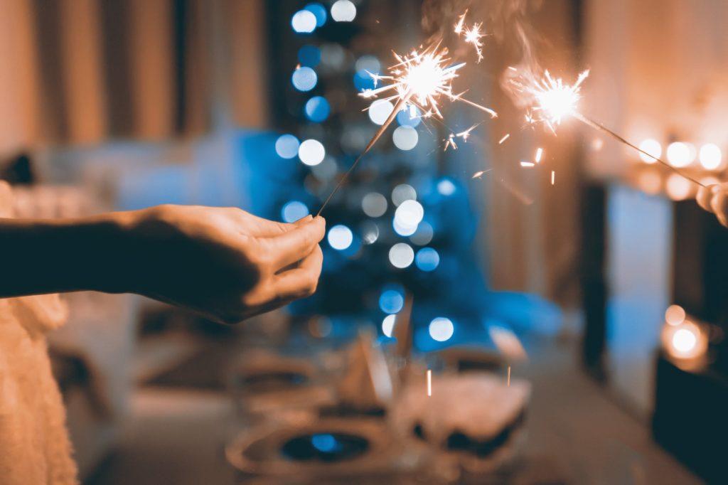 Γνωστό είναι το δίλημμα των φοιτητών πανελληνίως: Να πάω τα Χριστούγεννα στο σπίτι με μαμά, μπαμπά, θεία, θείο και ούτω καθεξής ή να κανονίσω με την παρέα κανένα τριήμερο στο Μπάνσκο ή τέλος πάντων μια έξοδο; Ήρθε η ώρα να απαριθμήσουμε τα pros και τα cons και των δύο επιλογών, μήπως και βγει άκρη!