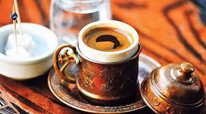 Εξερευνώντας τις υπαίθριες αγορές της πόλης, μια γνώριμη μυρωδιά εισέβαλε στα ρουθούνια μου, φέρνοντας στην μνήμη μου απογευματινές στιγμές στο χωριό, δίπλα σε όλη την οικογένεια και στην κουζίνα να ψήνεται, μα τι άλλο, καφές. Ελληνικός καφές.