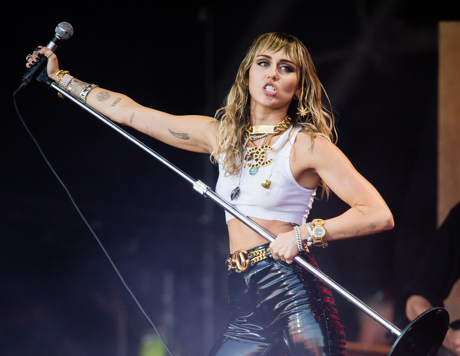 """Είναι γεγονός πως η τωρινή γενιά φοιτητών έχει μεγαλώσει με τη Miley Cyrus. ΣΙΓΟΥΡΑ έχεις κάποιο merch της Hannah Montana ξεχασμένο σε καμιά αποθήκη στο σπίτι σου, από στυλό μέχρι κουβέρτα. Επίσης, ΣΙΓΟΥΡΑ θυμάσαι το γνωστό """"mental breakdown"""" της το 2013 (τότε που ήταν κυριολεκτικά παντού). Φτάνουμε στο σήμερα. Και ρωτάω εγώ, μάθαμε ποτέ ποια είναι όντως η Miley και τί έχει να πει ως καλλιτέχνης ή μένουμε ακόμα στην εικόνα της Disney Star που μάλλον δεν έχει και ιδιαίτερο καλλιτεχνικό βάθος;"""