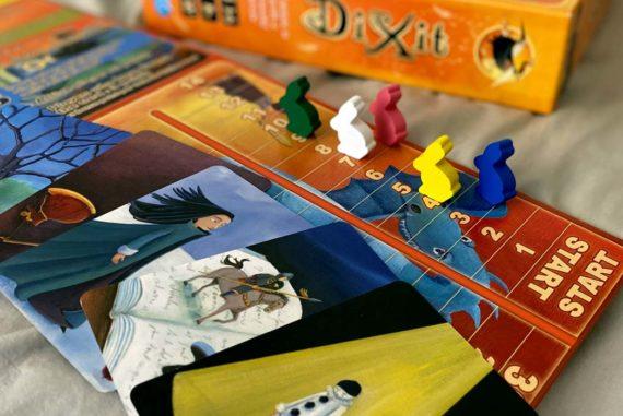 https://www.boardgamehalv.com/wp-content/uploads/2020/04/Dixit_BoardGame_CardsGameBoard-570x381.jpg