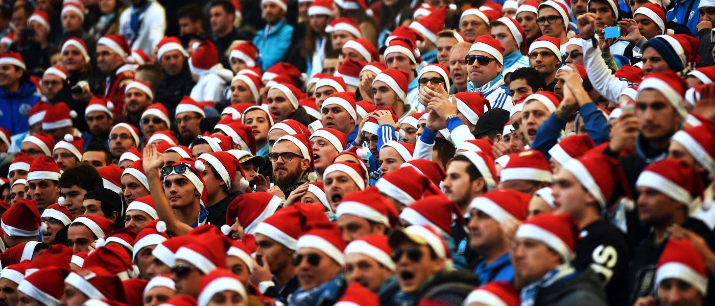 Ποιος είπε ότι τα Χριστούγεννα σταματούν τα αθλητικά θεάματα; Μεγάλο λάθος. Και ενώ στην Ελλάδα η εορταστική περίοδος είναι συνδυασμένη με διακοπή του πρωταθλήματος, στην Γηραιά Αλβιώνα πάλι η στρογγυλή θεά είναι μέρος της χριστουγεννιάτικης παράδοσης. Η περίφημη Boxing Day, που στην Αγγλία σημαίνει… ποδόσφαιρο, έρχεται στις 26 Δεκεμβρίου με το τοπικό ντέρμπι Άρσεναλ-Τσέλσι να μονοπωλεί το ενδιαφέρον. Κάθε σεζόν τη συγκεκριμένη ημέρα, την επόμενη των Χριστουγέννων δηλαδή, στο Νησί παίζεται ποδόσφαιρο σε όλα τα γήπεδα. Από την Κορνουάλη μέχρι το Νιουκάστλ και από το Λονδίνο μέχρι το Μάντσεστερ.