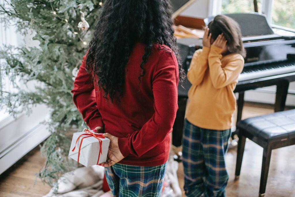 Με αυτό το δώρο μπορείς να χαρίσεις αναμνήσεις στο άλλο άτομο, που είναι το πιο πολύτιμο δώρο που μπορείς να προσφέρεις. Υπάρχουν πάρα πολλές εκδηλώσεις που μπορείς επιλέξεις, για κάθε γούστο.Έξτρα tip: Όλα αυτά τα δώρα μπορείς να τα συνοδέψεις με μια όμορφη συσκευασία, μια κάρτα με ευχές, κάποιο γούρι και λιχουδιές ή ό,τι άλλο θέλεις.