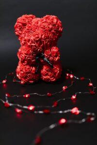 """Κάθε χρόνο τέτοια μέρα, επικρατεί ένα χάος από κόκκινο, σοκολάτες και λουλούδια. Κάθε χρόνο τέτοια μέρα ερωτευμένοι και μη χωρίζονται σε """"στρατόπεδα"""" για το αν αξίζει αυτή η γιορτή. Κάθε χρόνο τέτοια μέρα, κάθε 14 Φλεβάρη, γιορτάζουμε τον έρωτα. Αποφασίσαμε, λοιπόν, να γράψουμε από δύο γράμματα, ένα στον έρωτα κι ένα στον """"αντι-Βαλεντινικό"""", παραθέτοντας διαφορετικά πρίσματα οπτικής. Εσύ που ανήκεις, στο ΒαλεντιNo ή στο Yes;"""