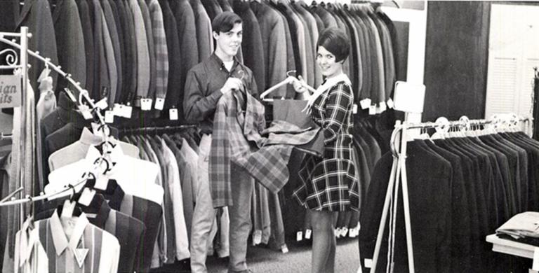 Είτε τα λατρεύεις, είτε δεν είναι και τόσο του γούστου σου, είναι γεγονός ότι τα thrift shops έχουν γίνει μια από τις μεγαλύτερες και πιο κυρίαρχες τάσεις της εποχής μας. Όλο και περισσότεροι επιλέγουν να εμπλουτίσουν την ντουλάπα τους με κομμάτια που προέρχονται από thrift stores. Τα επιχειρήματα για μια τέτοια επιλογή είναι πολλά και πάνω κάτω όλοι τα γνωρίζουμε . Αυτό που οι περισσότεροι όμως δεν γνωρίζουμε είναι (όπως και σε πολλά θέματα) η ιστορία τους. Πώς δημιουργήθηκαν τα πρώτα thrift shops; Τι σκοπό εξυπηρετούσαν; Σε ποιους απευθύνονταν; Εν πάση περιπτώσει, πώς έφτασαν να στην σημερινή τους μορφή;
