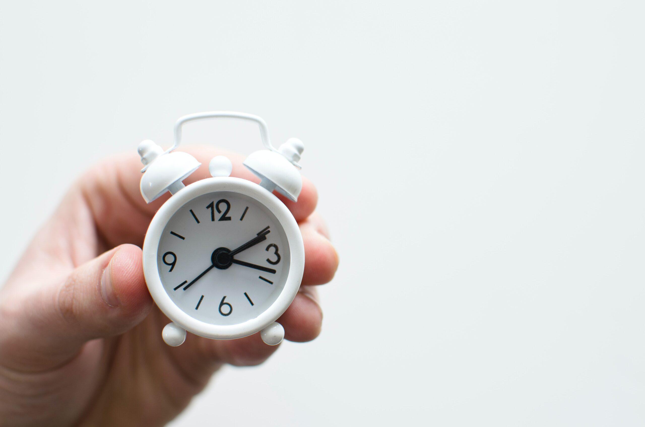 """Στην κουλτούρα του hustle που ζούμε, δεν είναι σπάνιο το να """"τα χάνουμε"""" μπροστά στα αμέτρητα πράγματα με τα οποία θέλουμε ή οφείλουμε να ασχοληθούμε. Επαγγελματικές και κοινωνικές υποχρεώσεις, διασκέδαση, χαλάρωση, ψυχαγωγία, προσωπικός χρόνος. Αν έχεις βρεθεί κι εσύ αντιμέτωπος με την έννοια του """"πολλά πράγματα, πολύ λίγος χρόνος"""" το σεμινάριο """"How to become a time master"""" είναι για σένα!"""
